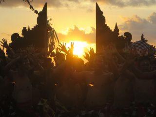 バリ島 ウルワツ寺院のケチャ(原始の叫び!)