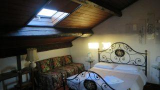 【イタリア自転車旅行記・ボローニャ→フェラーラ】旧市街の伝統的な赤レンガの建物のバルコニー付き屋根裏部屋に泊まりました!